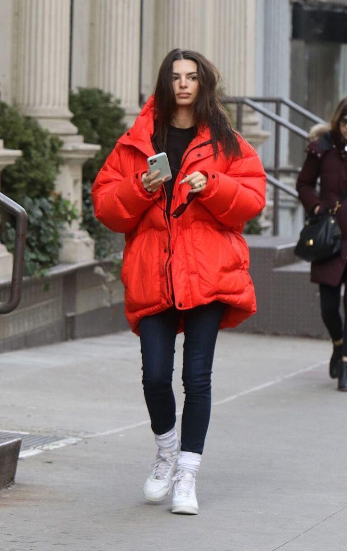 Emily Ratajkowski, paseando por las calles de Nueva York.