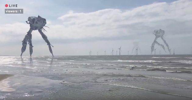 『viewers:1』の映像より。海岸を歩行する謎の機械