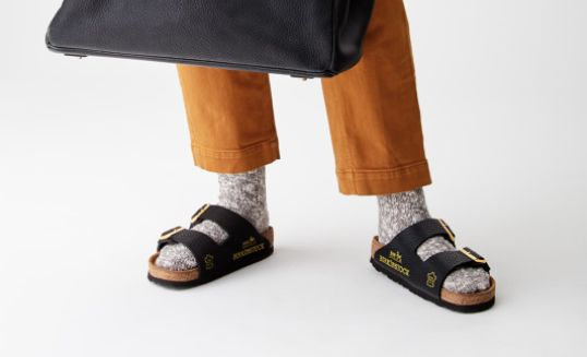 Dans sandales Birkenstocks Hermès imaginées par la marque MSCHF pour un prix allant de $34 000 à $76 000 américains.