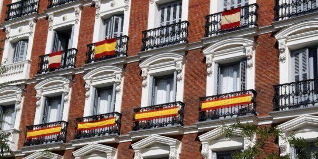Un edificio con banderas de