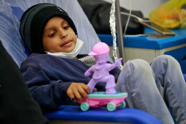 Un niño con leucemia en un hospital