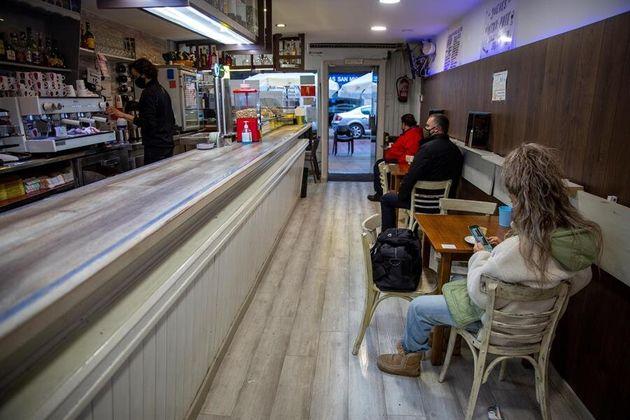 Un bar de Vitoria recibe a sus primeros clientes, este
