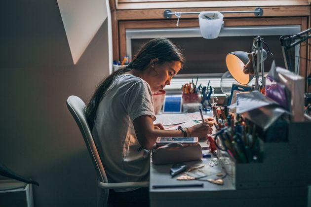 Una niña haciendo los deberes en su