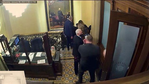 Imagen de las cámaras de seguridad en la que se ve al vicepresidente Mike Pence siendo evacuado durante...