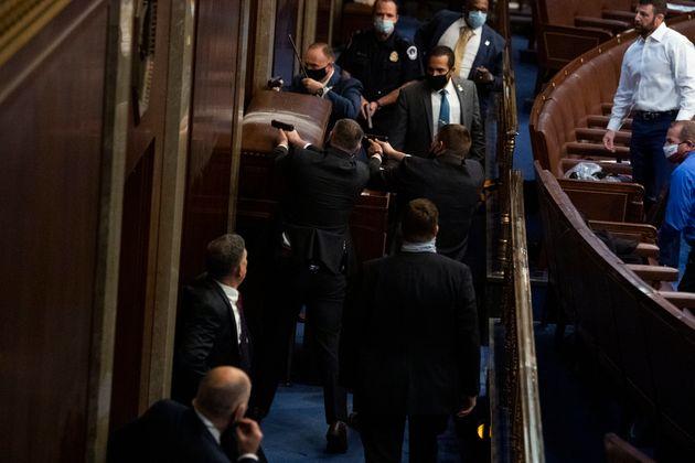 La Policía y los guardaespaldas tuvieron que bloquear la puerta del Senado con barricadas para evitar...
