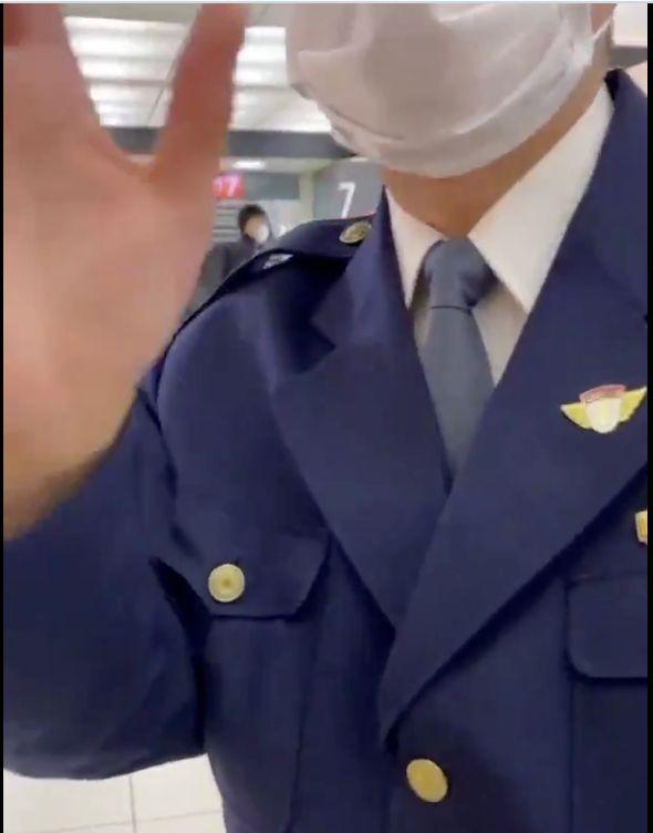 東京駅の構内で男性に職務質問をする警視庁の警察官