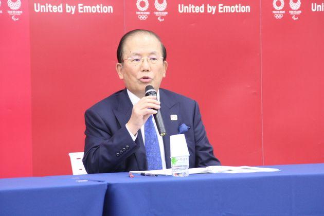 懇談会後に記者会見を開く武藤敏郎・事務総長