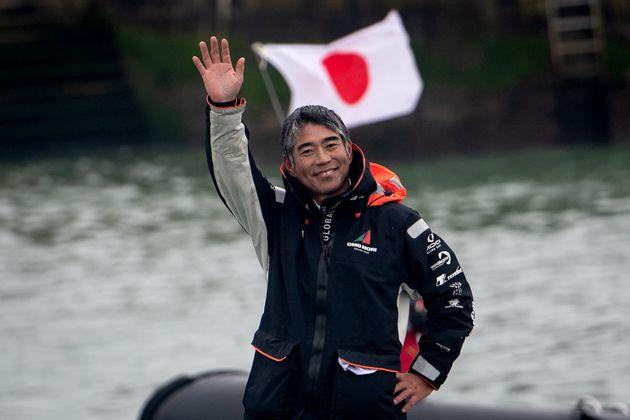 船上から手を振る白石康次郎さん=2021年2月11日