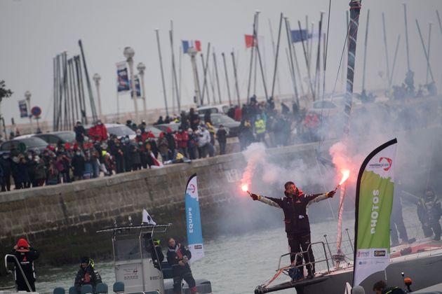 フランス西部の港町レ・サーブル・ドロンヌの港に入るDMG Mori Global One号と白石康次郎さん=2021年2月11日