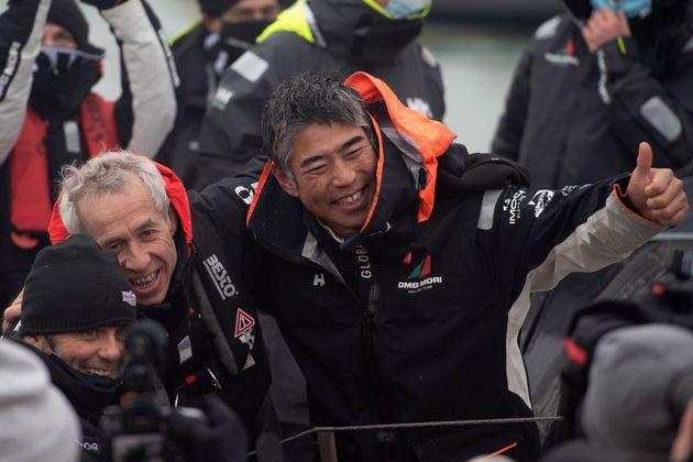 優勝したフランス人のスキッパー、ヤニック・ベスタベン氏(左)と喜びを分かち合う白石康次郎さん=2021年2月11日