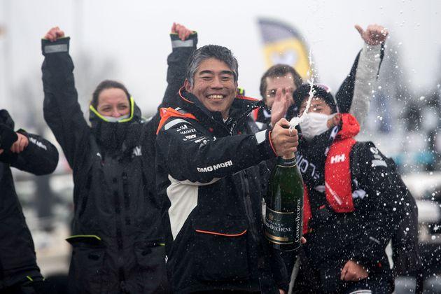 ゴールを祝う白石康次郎さん=2021年2月11日、フランスのレ・サーブル・ドロンヌ