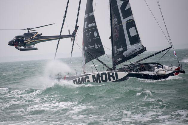 フランス西部の港町レ・サーブル・ドロンヌ沖のフィニッシュラインに達する直前の白石康次郎さんのDMG Mori Global One号=2021年2月11日