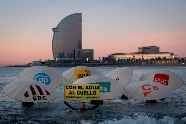 Greenpeace protest, this Thursday, on the beach of Barceloneta to pressure the parties to ...