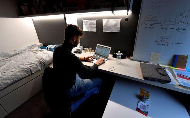 Un étudiant travaille dans une résidence universitaire à Toulouse, alors que les...