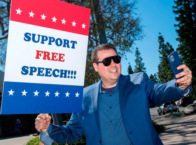 Un manifestante del Free Speech Rally contra las compañías tecnológicas en