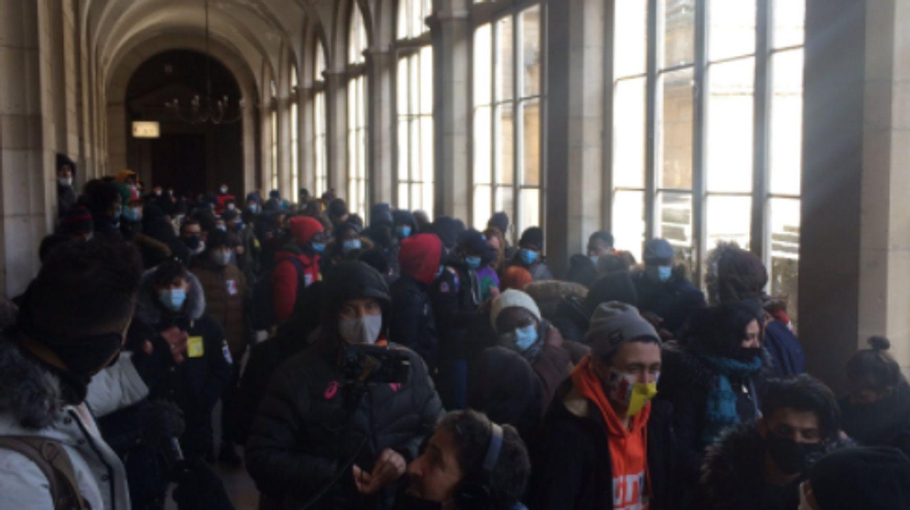L'Hôtel-Dieu à Paris occupé par des sans-abri réclamant un hébergement