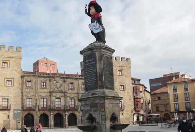 Estatua del rey Pelayo en Gijón, disfrazada de