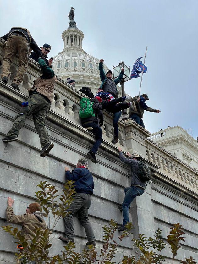 連邦議会で暴動を起こしたトランプ氏の支持者ら
