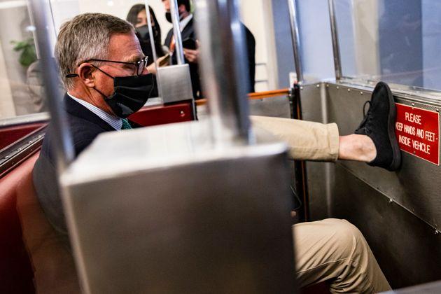 弾劾裁判の後、議会地下鉄に乗るリチャード・バー議員(2021年2月13日)