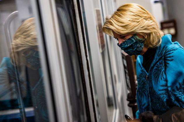 議会地下鉄に乗るリサ・マコウスキー議員(2021年2月13日)