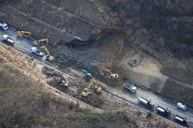 Les dégâts provoqués par le séisme sur une route de Soma, dans la préfecture...