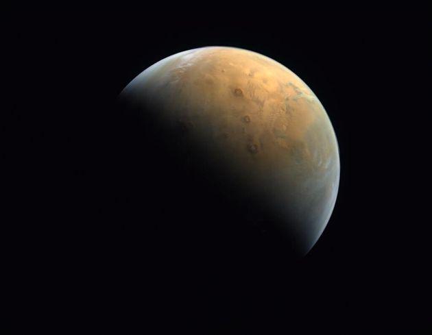 Το διαστημικό σκάφος Hope έστειλε την πρώτη του φωτογραφία από τον