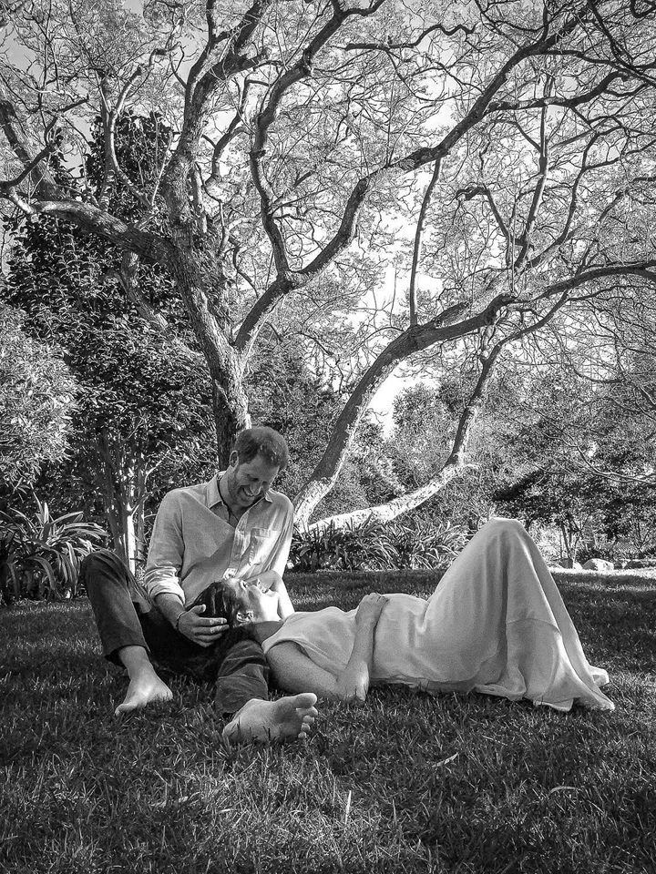 Prince Harry and Meghan Markle released a new photo, taken by their friend Misan Harriman, with the news that they are expecting another child.