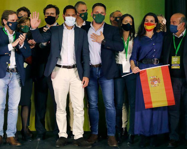 El cabeza de lista de Vox, Ignacio Garriga (2izq), acompañado por Santiago Abascal (c) y Rocío Monasterio...