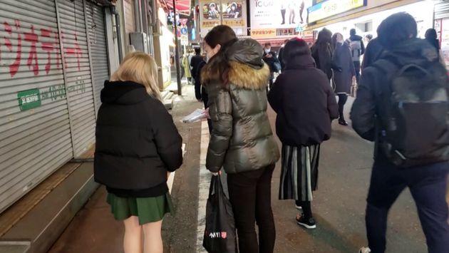 街角で女性に声をかける「まちなか保健室」のスタッフ