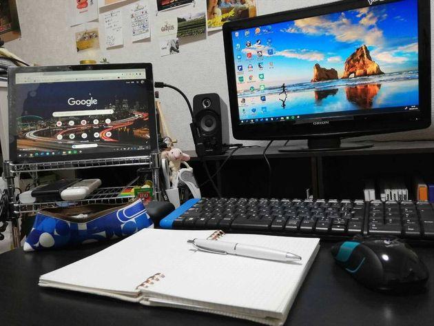 伊藤さんの勉強机。左奥にある Surface Pro