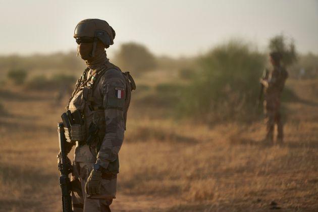 Des soldats français de l'opération Barkhane patrouillant au Burkina Faso, à la...