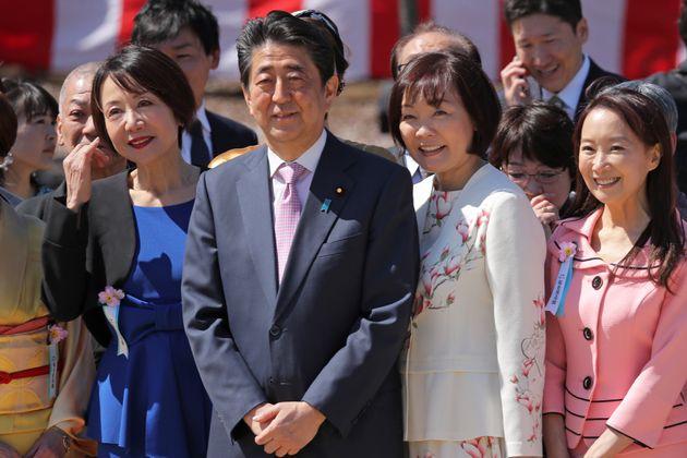 「桜を見る会」の安倍元首相夫妻 撮影日:2019年04月13日