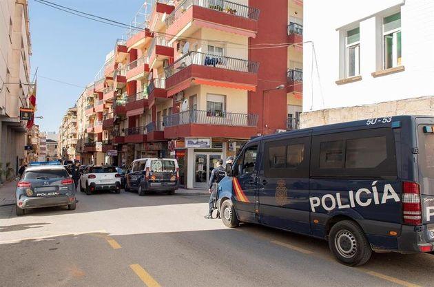 Policías nacionales montan guardia en los alrededores de la comisaría de policía de Linares, este domingo,...