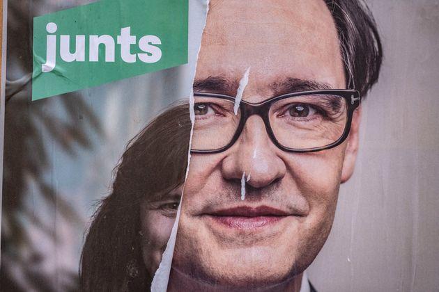 Un cartel de la candidata de Junts per Catalunya, Laura Borràs, medio arrancado deja ver otro...