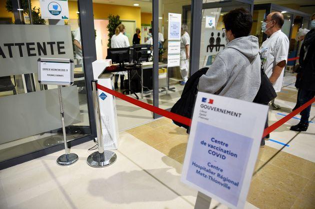 Des patients font la queue pour se faire vacciner contre le Covid-19 à l'hôpital de Mercy, à Metz (Grand...