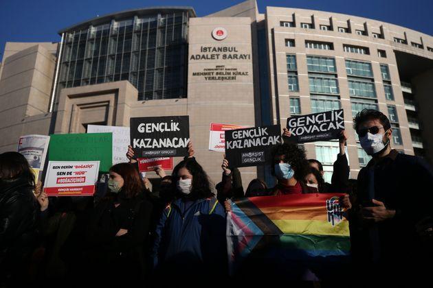 """""""Giù le mani da Ayse Buğra"""". In Turchia la mobilitazione studentesca"""