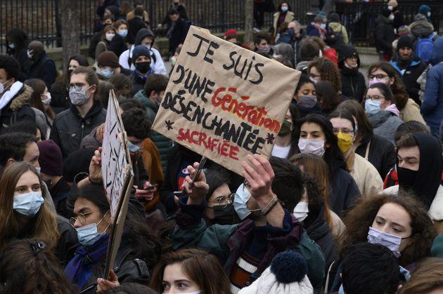 Des étudiants manifestent contre la précarité des conditions de vie qui leur sont...