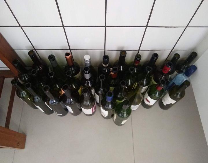 Des points de collecte pour les bouteilles de vin et de spiritueux pourraient même être établis dans les stationnements de certaines SAQ. (photo d'archives)