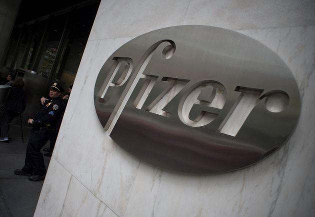 Le logo de Pfizer au siège du laboratoire à New York le 27 avril 2016 (Photo by Don EMMERT /