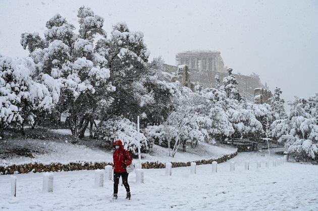 Atene si sveglia imbiancata dalla tempesta Medea: la neve ferma le