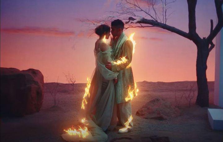Rosalía y Bad Bunny en el videoclip 'La noche de anoche'.