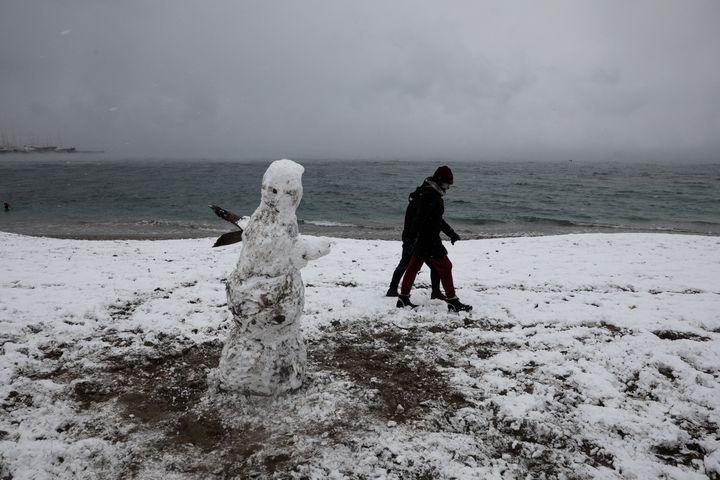 Χιονάνθρωπος στην παραλία