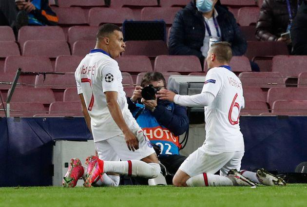 Kylian Mbappé, ici célébrant son premier but avec Marco Verratti lors de FC Barcelone-PSG,...