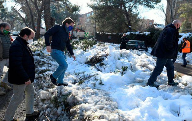 Almeida, caminando por la nieve en Madrid tras el paso de