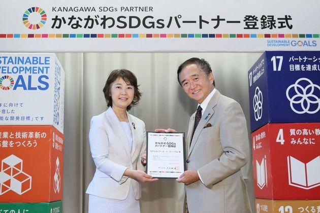 萩原美由紀さん(左)と黒岩祐治知事