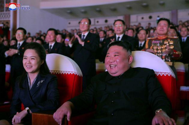 Βόρεια Κορέα: Επανεμφανίστηκε η σύζυγος του Κιμ Γιονγκ Ουν μετά από ένα