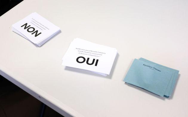 Deux bulletins de vote lors du référendum d'octobre 2020 en