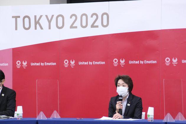 記者会見する橋本聖子新会長