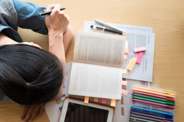 Una estudiante preparando sus