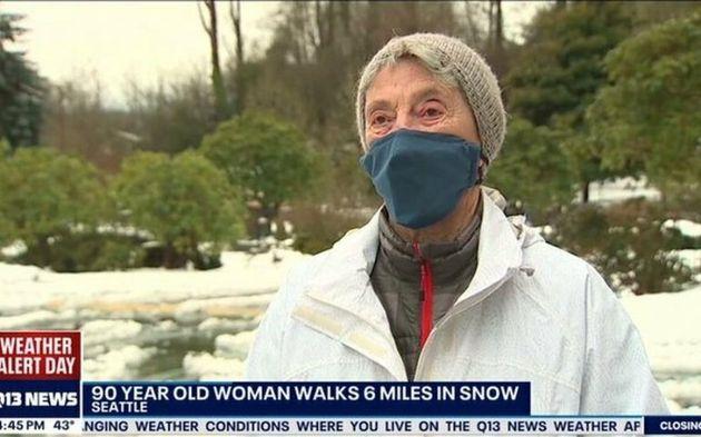 """90enne percorre 5 km sotto la neve a Seattle per vaccinarsi. """"Ne è valsa la"""